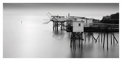 Carte postale panoramique des carrelets de la Gironde en oir et blanc