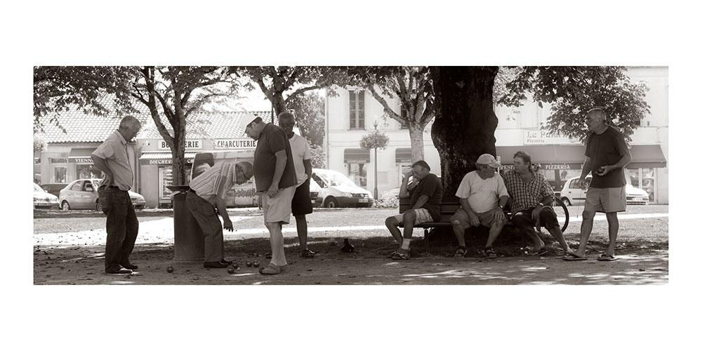 Carte postale panoramique avec des joueurs de boule ou petanque près de Bordeaux